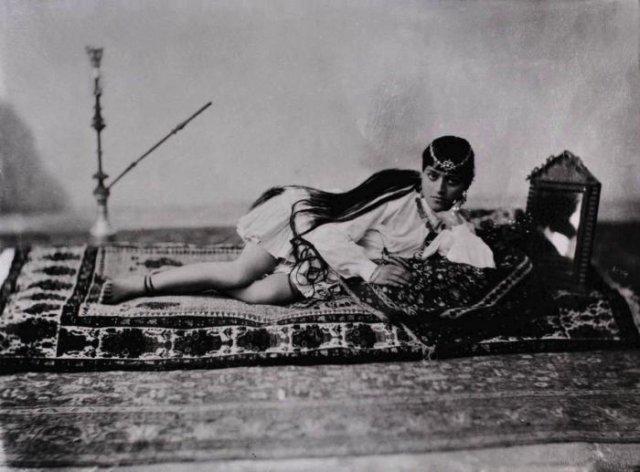 Портрет лежащей женщины с кальяном и зеркалом, 1901 год, Персия