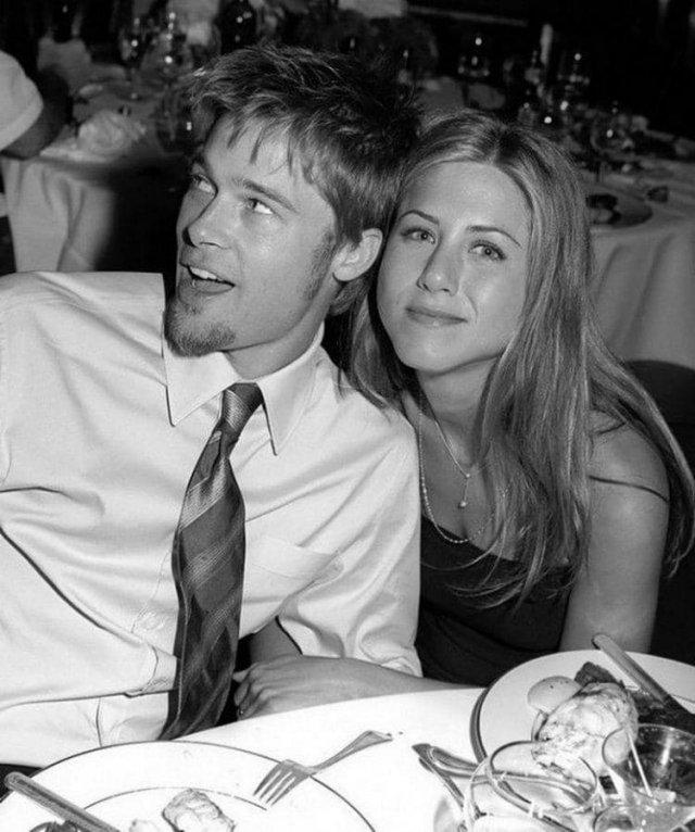 Дженнифер Энистон и Брэд Питт на свадьбе Кортни Кокс, 1999 год
