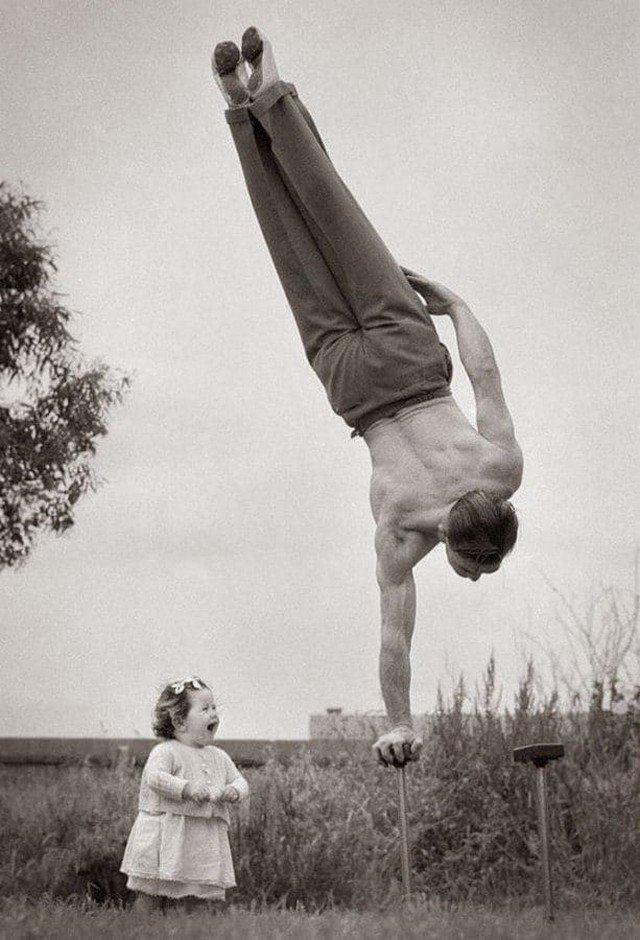 Папа демонстрирует свое мастерство на удивление маленькой дочери. Австралия, 1940-е годы