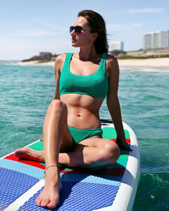 Анна Сидорова - чемпионка Европы по керлингу в зеленом купальнике