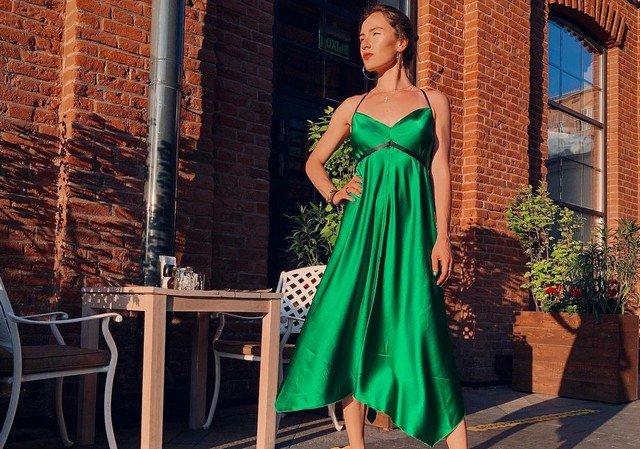 Анна Сидорова - чемпионка Европы по керлингу в зеленом платье