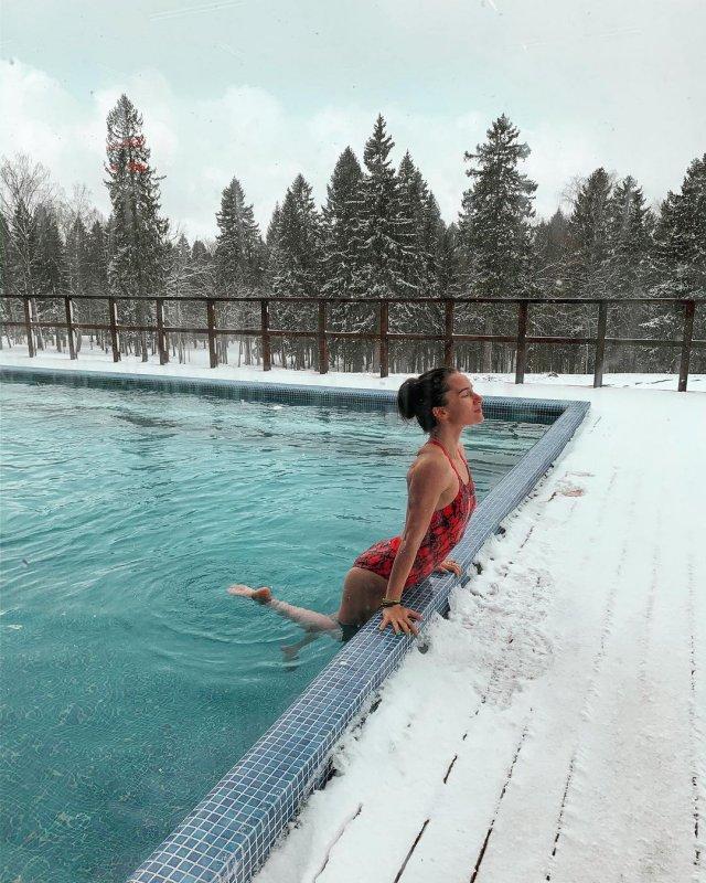 Анна Сидорова - чемпионка Европы по керлингу в красном купальнике
