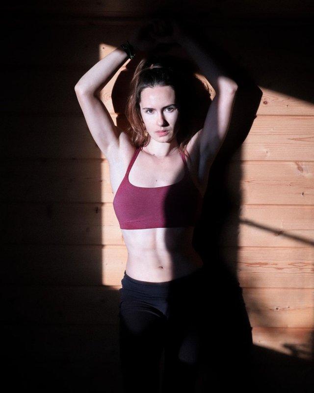 Анна Сидорова - чемпионка Европы по керлингу демонстрирует фигуру