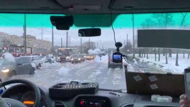 Санкт-Петербург завалило не снегом, а пеной