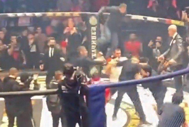 Бойцы ММА Магомед Исмаилов и Владимир Минеев устроили массовую драку на турнире в Москве