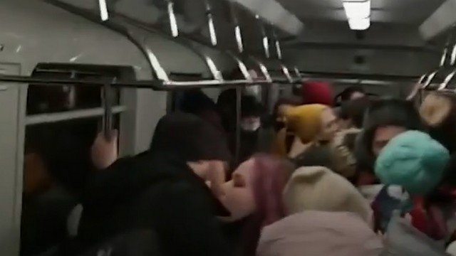 В метро Екатеринбурга 60 человек поцеловались в знак протеста против коронавирусных ограничений