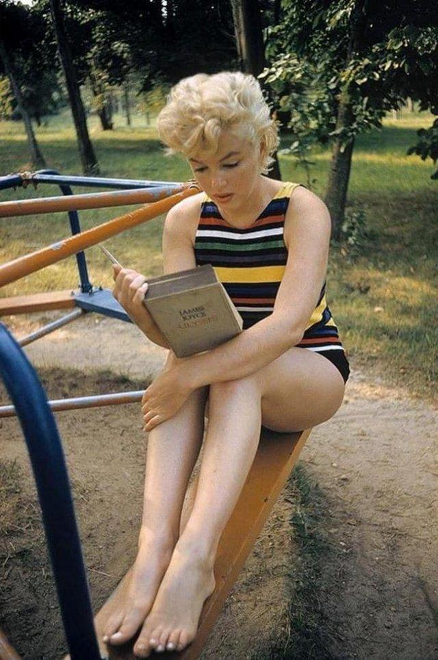 Мэрилин Монро на детской площадке читает роман Джеймса Джойса «Улисс», 1955 г.