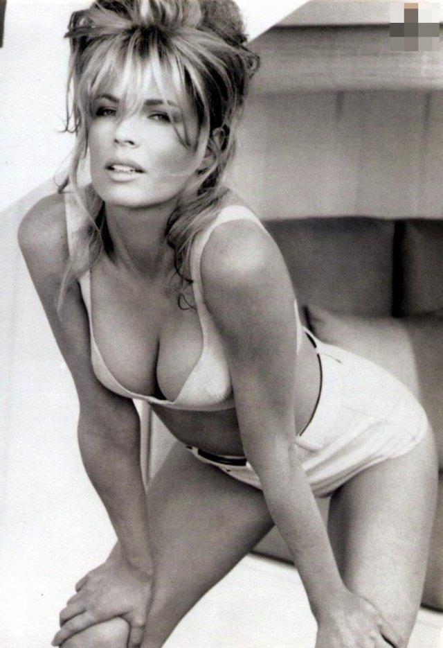 Ким Бейсингер — американская актриса, фотомодель и певица.