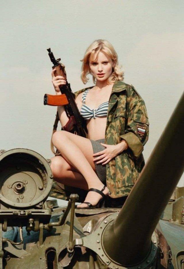 Дана Борисова с 1993 года — выиграв конкурс, стала ведущей передачи «Армейский магазин».