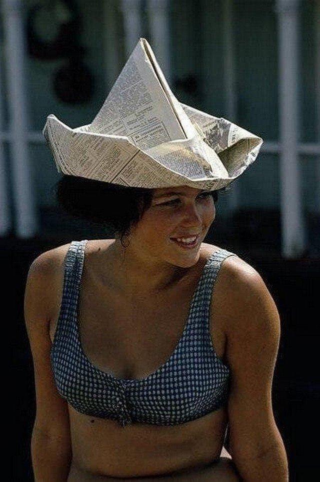 Девушка в шляпе из газеты, Хабаровск, СССР, 1970-е.