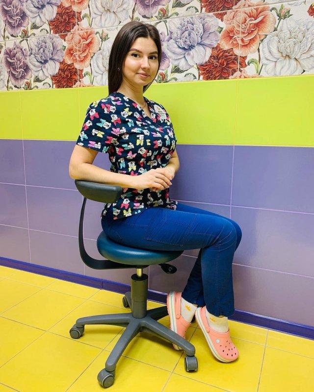 Стоматолог Юлия Пермякова на работе в цветой кофте