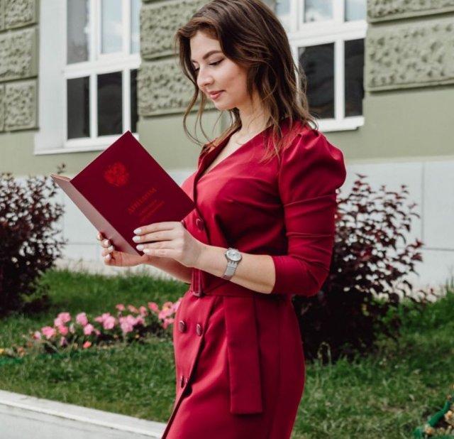 Стоматолог Юлия Пермякова в красном платье