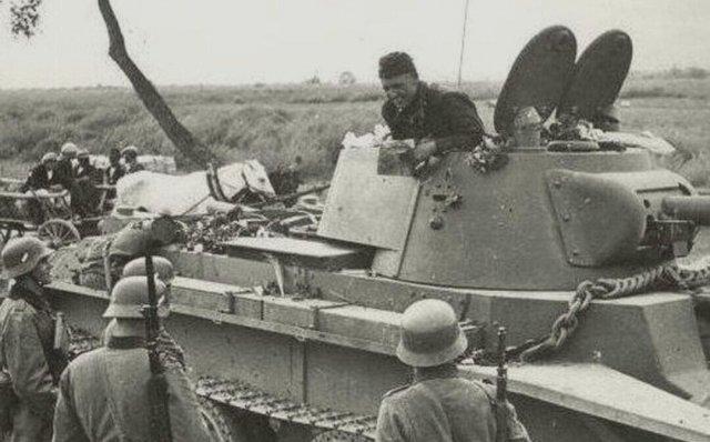 Советский танкист общается с немецкими военнослужащими, окрестности Бреста. Сентябрь 1939 года.