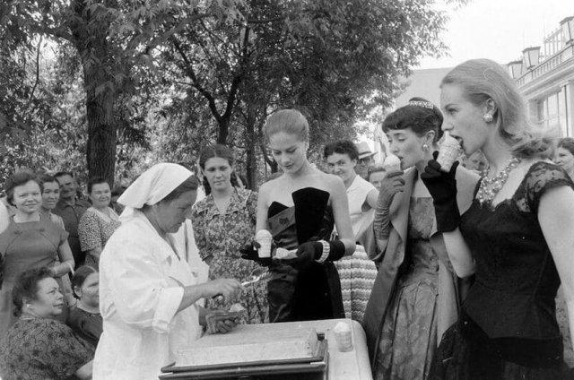 Британские модели пробуют советское мороженное в Москве, 1956 год