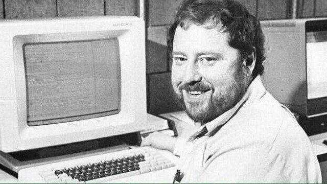 Скотт Фалман - первый кто предложил использовать смайлики в качестве способа выражения эмоций при общении в Сети, 1982 год.