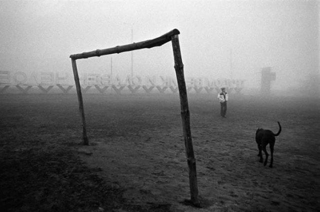 Прогулка с собакой на футбольном поле туманным утром, 1990-е.