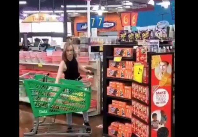 Психованную девушку просто попросили надеть маску в магазине
