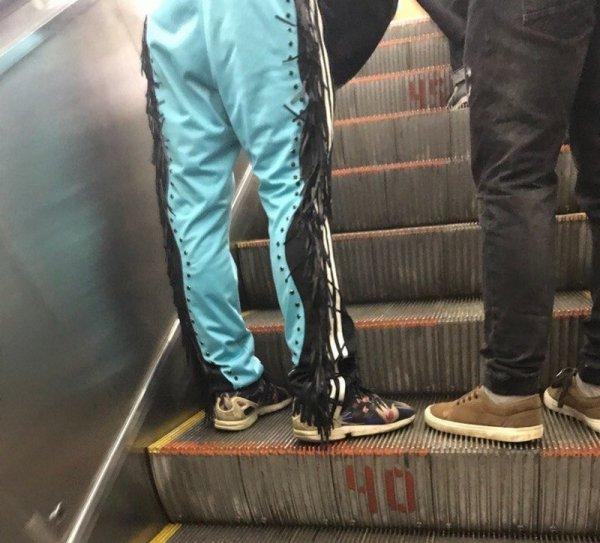 мужчина в штанах с бахромой