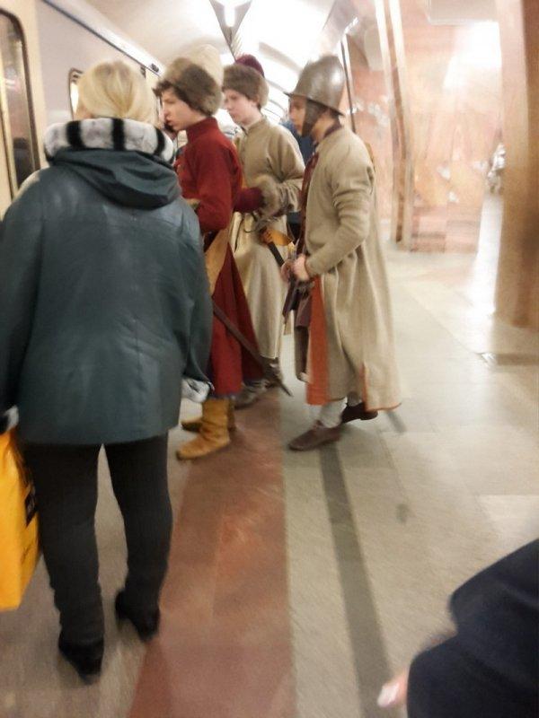 парни в костюмах русских солдат прошлого