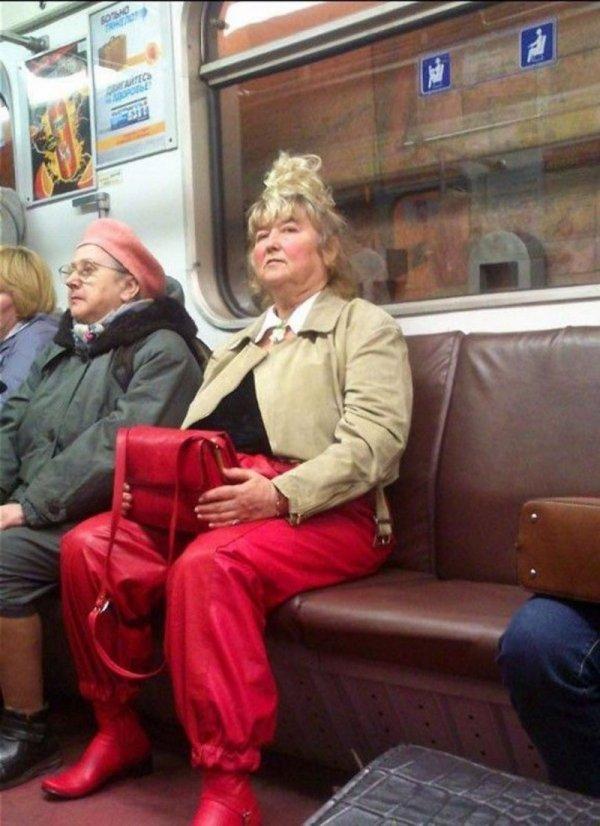 женщина в красных шароварах