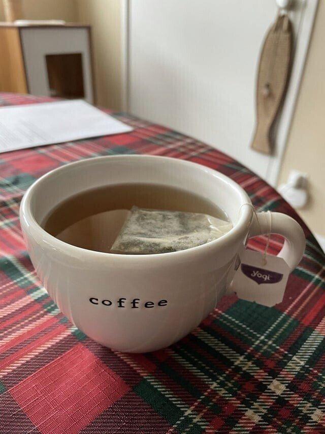 Чай в кружке для кофе