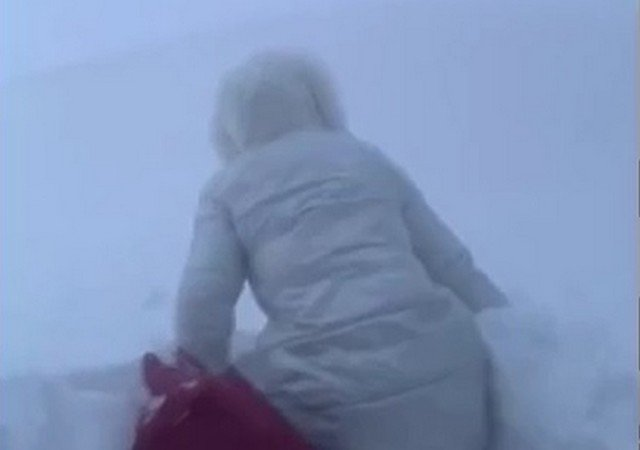 Как жители Северо-Курильска добирются на работу при двухметровых сугробах