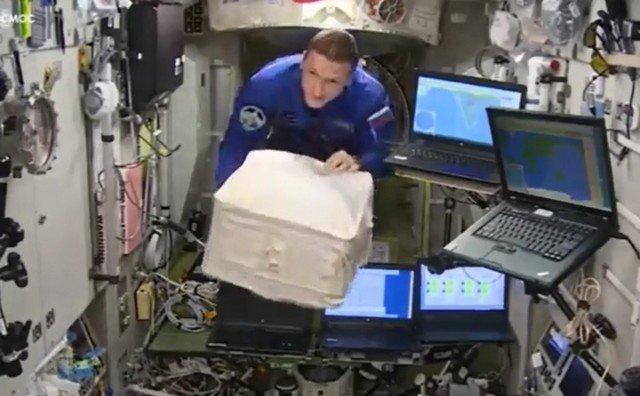 Как наряжать елку в космосе - отвечает Роскосмос
