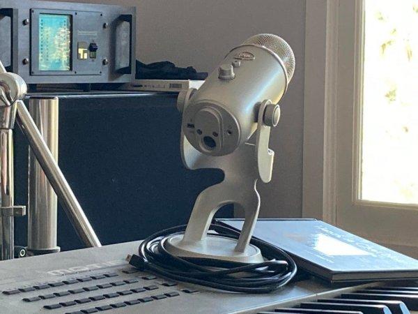 Микрофон похож на человечка, который держится за голову и кричит