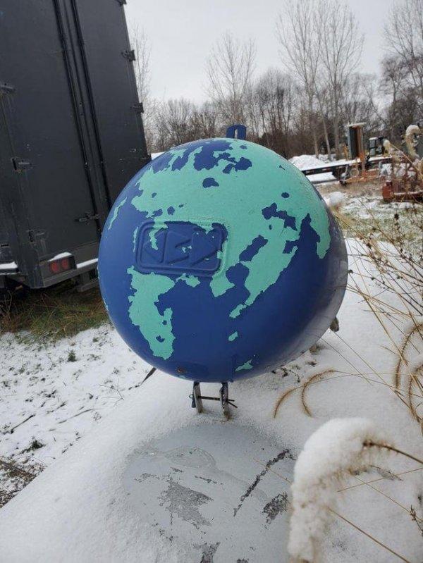 Краска на крышке баллона с пропаном слезла так, что он стал похожим на глобус