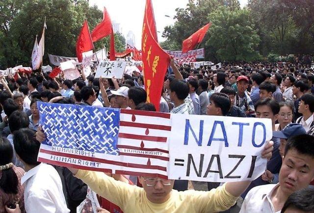 Демонстрация протеста против ударов по посольству Китая в Белграде.