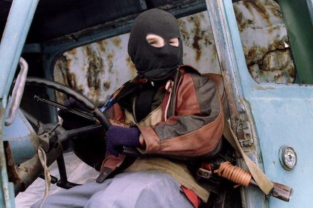 Ребенок в балаклаве с автоматом позирует фотографу. Самашки, Чечня, 1995 год.