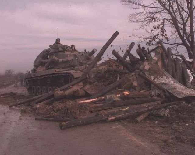 Американский танк сносит сербскую баррикаду возле Дубраве