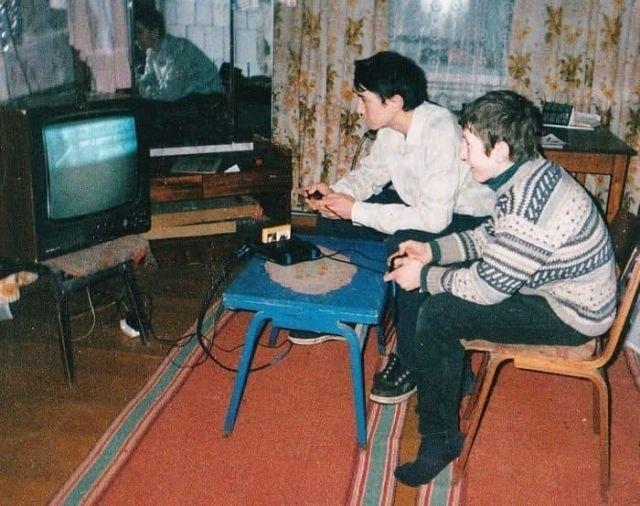 Два друга играют в приставку. Россия, 1990-е годы.
