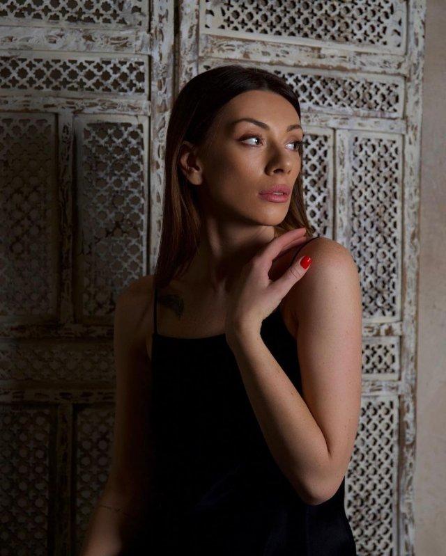 Александра Корендюк - новая девушка Романа Абрамовича в черном платье