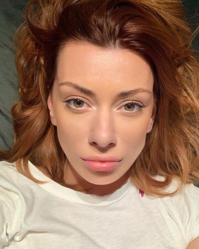 Александра Корендюк - новая девушка Романа Абрамовича в белой футболке