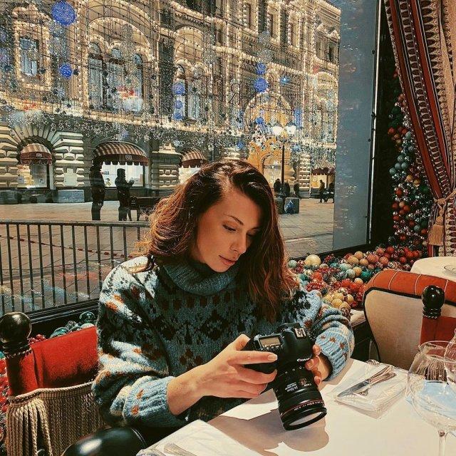Александра Корендюк - новая девушка Романа Абрамовича в зеленой кофте на Красной площади