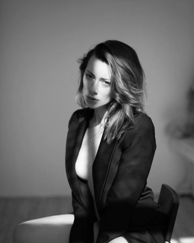 Александра Корендюк - новая девушка Романа Абрамовича в черном пиджаке