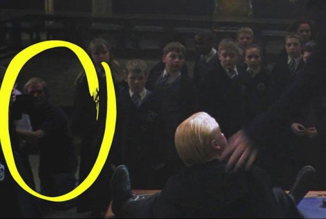 В одном из кадров фильма «Гарри Поттер и Тайная комната» можно заметить члена съемочной группы