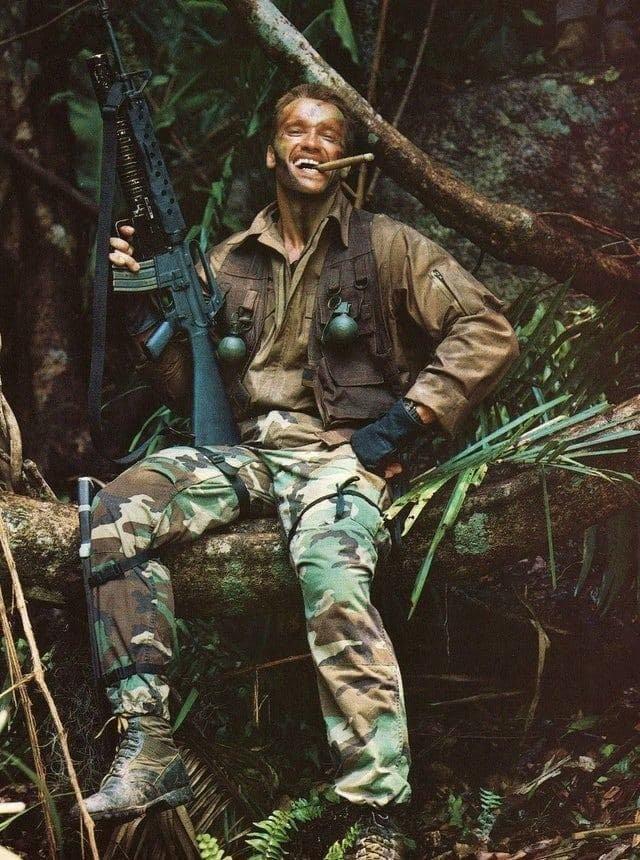 """Арнольд Шварценеггер на съемочной площадке фильма """"Хищник"""". США, 1986 год"""