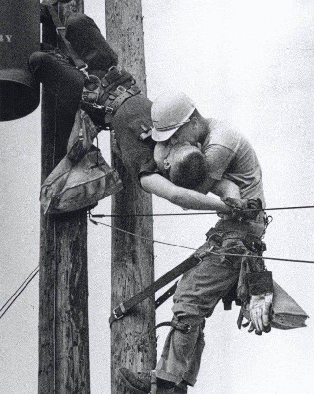 «Поцелуй жизни» — электрик делает искусственное дыхание напарнику, сердце которого остановилось из-за сильного удара током, 1967 год.