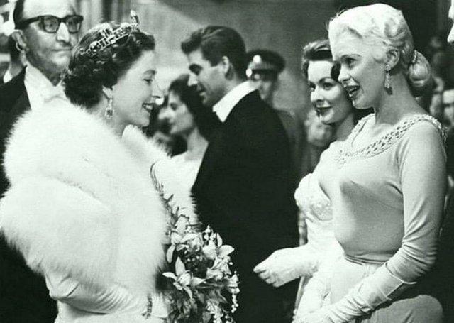 Британская королева Елизавета II встречается с актрисой Джейн Мэнсфилд, 1957 год