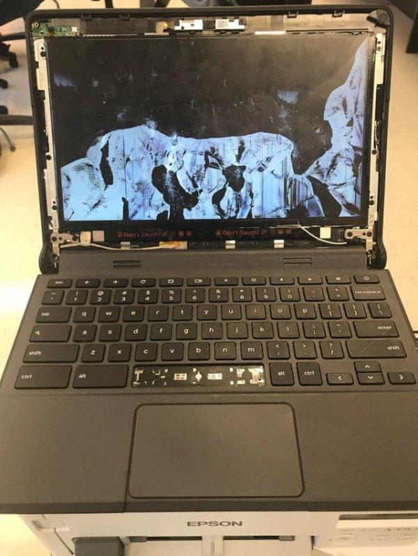 Ноутбук в кабинете информатики