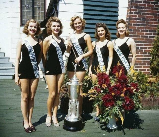 Мисс Америка 1943 - Джин Бартел (в центре).