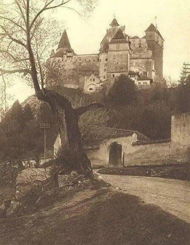 """Замок Бран, более известный как """"Замок Графа Дракулы"""", в котором согласно легенде ночевал известный воевода Влад III Цепеш во время своих походов. Румыния, 1929 год."""