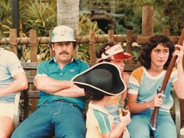 Oдин из сaмых влиятельных наркобаронов в истории Пабло Эскобар в Диснейленде, 1981 год.
