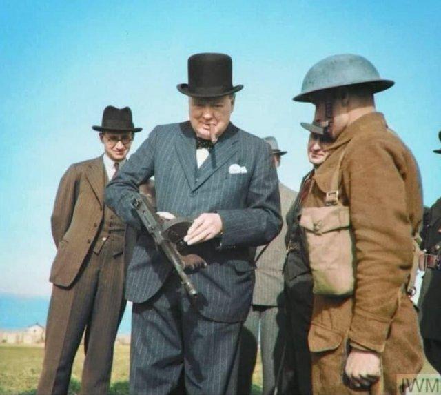 Уинстон Черчилль осматривает автомат «Tommy gun», Англия, 1940 год.
