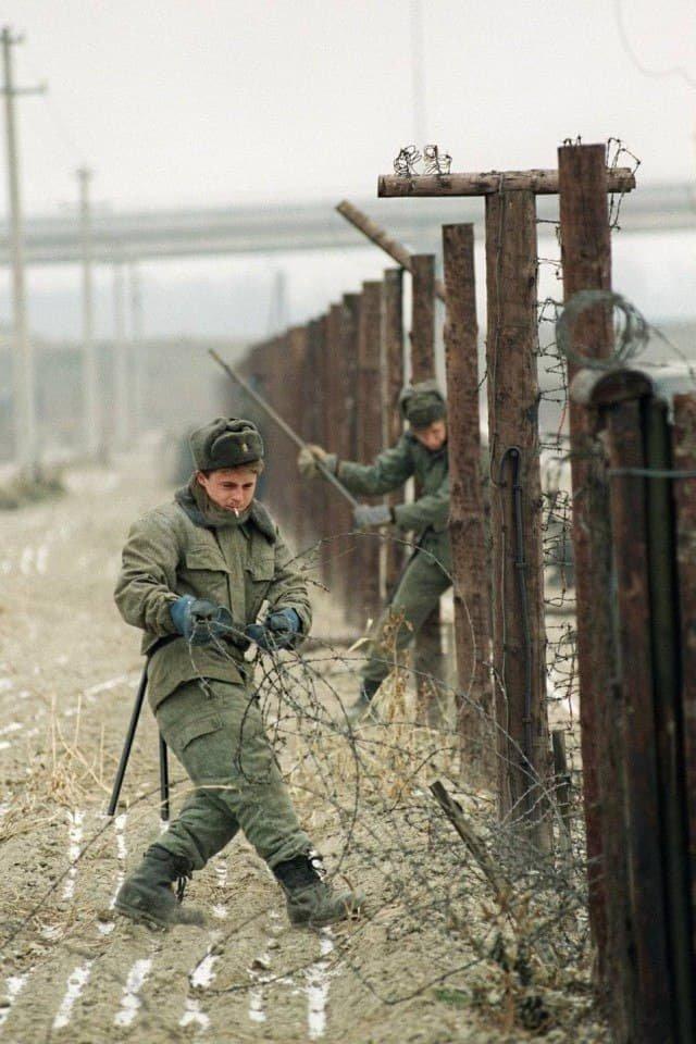 Конец эпохи: чехословацкие солдаты демонтируют пограничный забор, декабрь 1989 г.