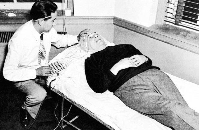 Энцефалограмма для Альберта Эйнштейна. Ученые решили исследовать мозг гениального коллеги, 1950 год.