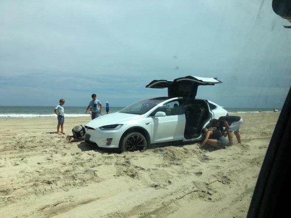 Когда решил похвастаться Tesla на пляже, но немного застрял