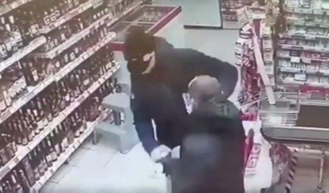 В Тверской области мужчина одним ударом отправил в нокаут наглого обидчика, пнувшего его из-за маски